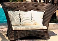 Садовая мебель: диван с подушками