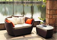 Садовая мебель: диван из ротанга с пуфиком