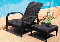 Кресло с регулируемой спинкой и столик