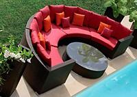 Садовая мебель: диван с подушками и стол