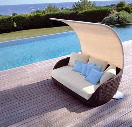 Садовая мебель: диван с тентом из ротанга