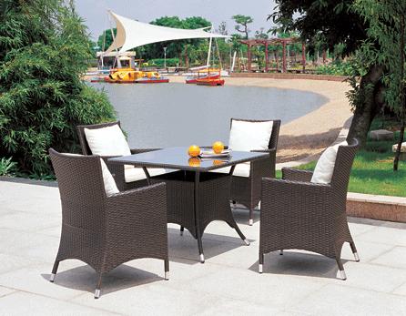 Садовая мебель: 4 стула и стол квадратный